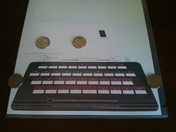 紙のキーボードをクリアファイルに挟む