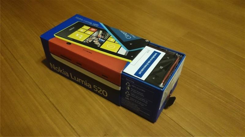 箱を開けると早速Lumia520が出現