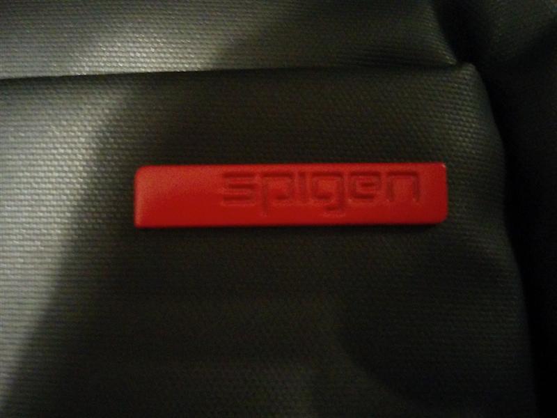 赤いプレートにはSPIGENの刻印