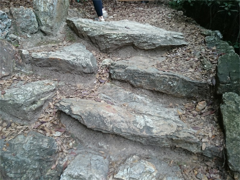 階段は石を積んで作られている