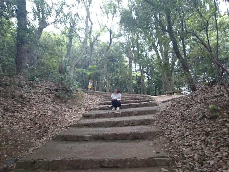 階段に座り込み休憩する嫁