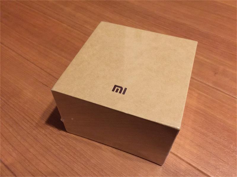 MiBandの外箱デザインはシンプルでオシャレ