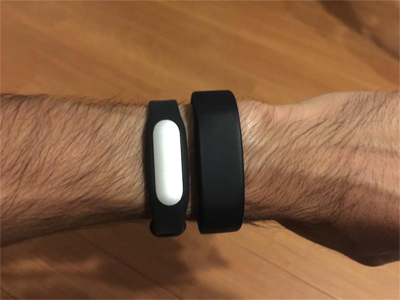 MiBandとSmartBandを腕に装着してみたところ
