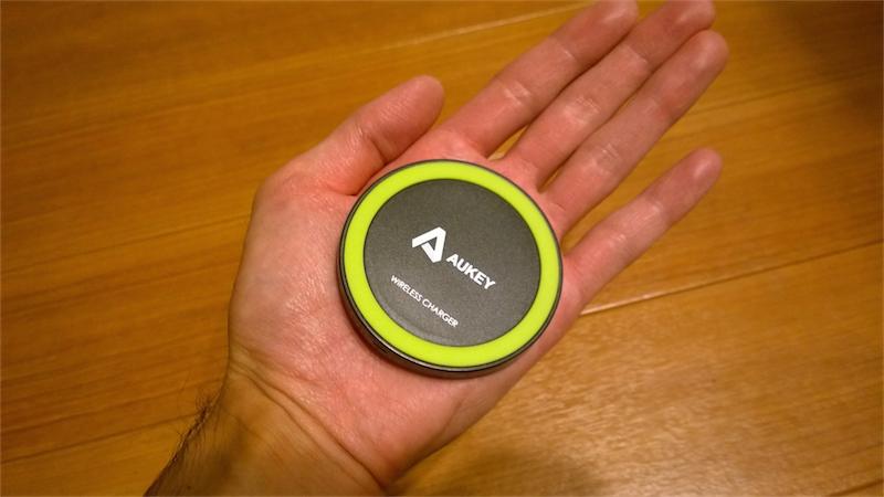 Aukeyのワイヤレスチャージャーは手のひらサイズ
