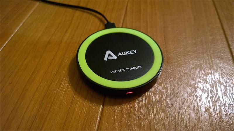Aukeyのワイヤレスチャージャーを電源に接続