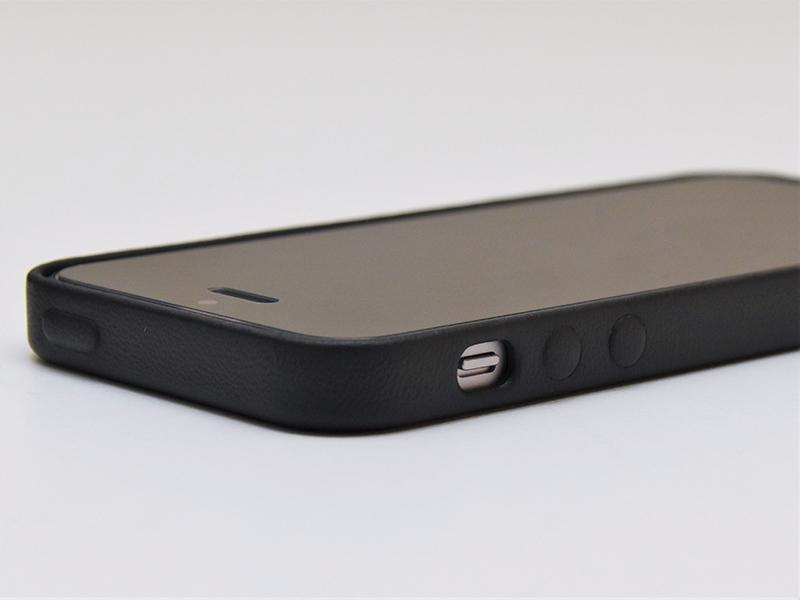28250813ae Apple純正「iPhone SE レザーケース」レビュー。魅力は何より指先だけでもしっかり感じられる革の柔らかさ