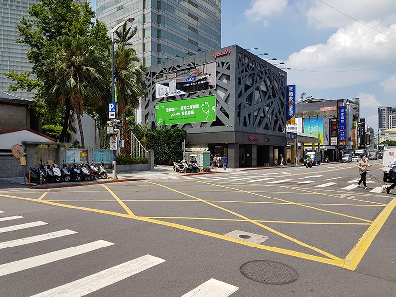 MRT忠孝新生駅から三創生活園區への途中路